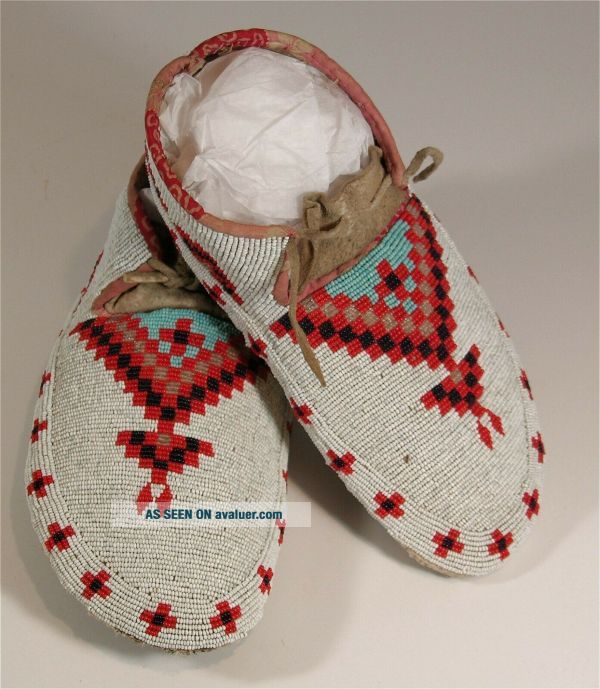 c1900 PAIR NATIVE AMERICAN SIOUX INDIAN BEAD DECORATED HIDE MOCCASINS BEADED
